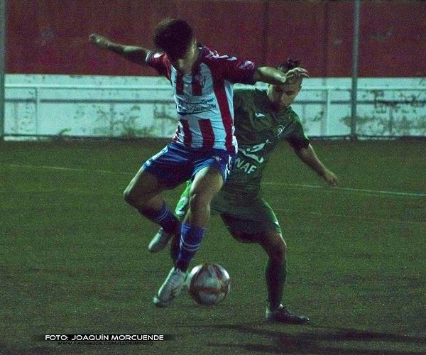 Colonia Moscardó y Villaverde intentan hacerse con el balón. / Foto: Joaquín Morcuende (@llokim11006).